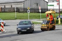 Silničáři opravují silnice ve Svitavách.