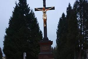 Centrální kříž na hřbitově ve Svitavách je kompletní.