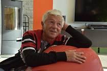 """Bývalý cirkusák a """"učitel"""" koní trpí od dětství vážným onemocněním zraku. Ačkoliv je nevidomý, patří ve svých 67 letech ke špičce mezi maséry. RUDOLF KOSINA z Litomyšle spolupracuje s předním českým fyzioterapeutem Pavlem Kolářem."""