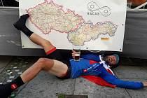 Miroslav Hájek z Litomyšle objel za 11 dní hranice České a Slovenské republiky. Ujel tak zhruba 3600 kilometrů. V pondělí večer se vrátil domů do Litomyšle, kde ho vítali fanoušci.