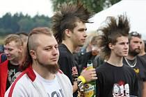 Desítky příznivců punkové hudby se sešly v Květné. Zahrála jim také poličská hardcorová kapela Screaming. Společně vybrali peníze na pomoc zvířatům v záchranné stanici.