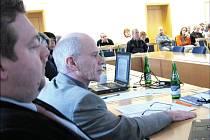 CESTOVNÍ RUCH JE PRIORITOU. Vizi rozvoje Moravské Třebové prezentoval Václav Mačát na zastupitelstvu. Podílel se na ní manažer Miroslav Netolický (vlevo).