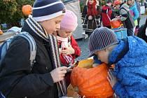 Svitavské náměstí se ve středu odpoledne proměnilo v halloweenskou dílnu. Děti vydlabávaly dýně.