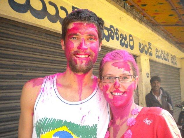 HOLÍ. Růžová barva úplně všude.