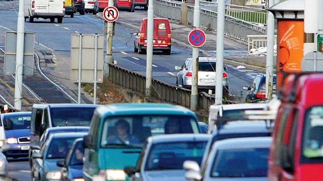 Nejen dálnice D11 a rozvoj firem zkomplikovaly dopravu. Podle Bohumila Vebra byla situace v průmyslové zóně Semtín problémem již před třiceti lety.