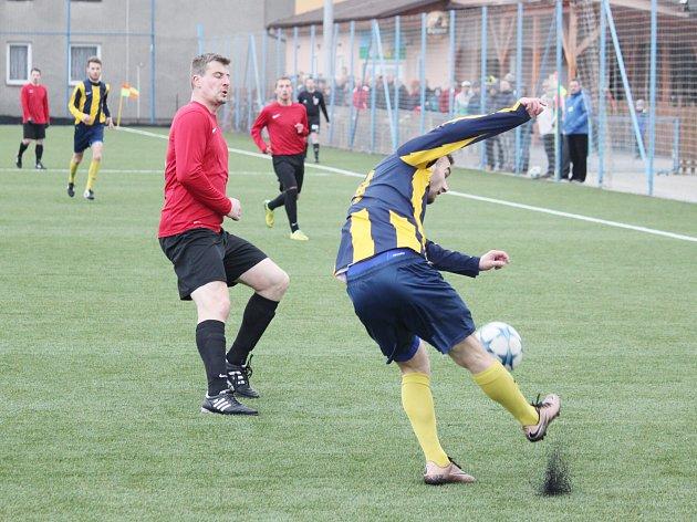 Boj na ostří nože. Svitavští fotbalisté (v pruhovaném) nepovolili vedoucímu celku krajského přeboru ofenzivní manévry.