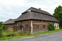 Roubená hospoda  v Němčicích nepřipomíná v současné hodnotnou stavbu vesnické regionální architektury. Během několika let se možná dočká zásadní rekonstrukce a získá původní lesk.