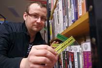 Jan Jukl, ředitel poličské knihovny ukazuje doporučující záložku. Do knihy ji vložil některý z čtenářů jako vzkaz ostatním.