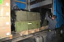 V kamionu českého dopravce našli celníci dřevěné bedny obsahující 320 kusů samopalů vzor SA 58 a AK 47.