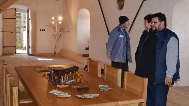 HRAD SVOJANOV otevřel v sobotu své brány. Návštěvníci se poprvé v letošním roce podívali do hradu. Zaujal je opravený dům zbrojnošů i nové vyhlídkové bašty.