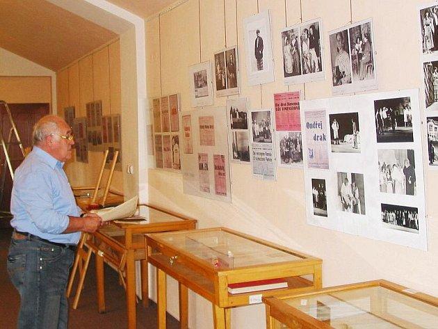 V Tylově domě připravili dlouholetí ochotníci Jan Matouš a Adolf Klein výstavu o historii divadelního spolku.