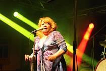 Věra Špinarová v Poličce ukázala, že v sobě neustále má spoustu elánu. Na pódiu ze sebe vydala všechno.
