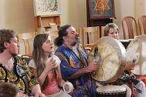 Na prvním Jevíčkovění se představili bubeníci, lidé se zaposlouchali do muziky i přednesu poezie.  Na dvorku si pak mohli vyzkoušet, jak se hraje na bubínky.