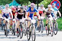 Po startu panovala v poli závodníků ještě pohodová nálada, ale jakmile začali cyklisté polykat první těžké kilometry, šly úsměvy stranou a na řadu přišla zkouška vůle a vytrvalosti.