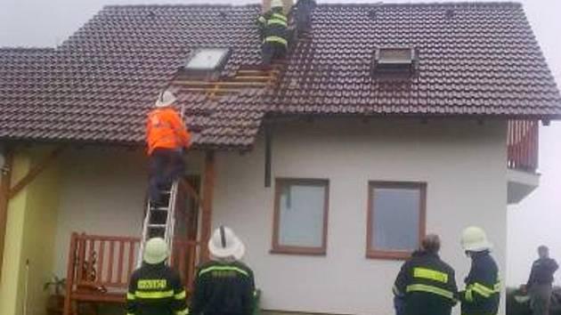 V Osíku udeřil do domu blesk, dva hasiči neváhali a hasili