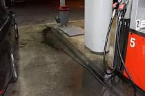 Řidič zapomněl hadici v nádrži svého vozu