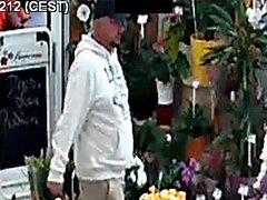 Policie pátrá po muži, který okradl prodavačku.