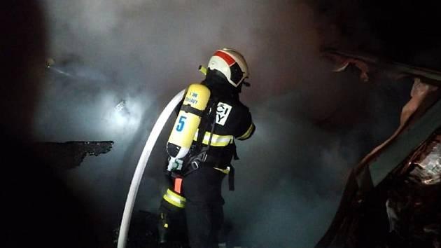 Hasiči likvidovali požár chaty ve Svitavách