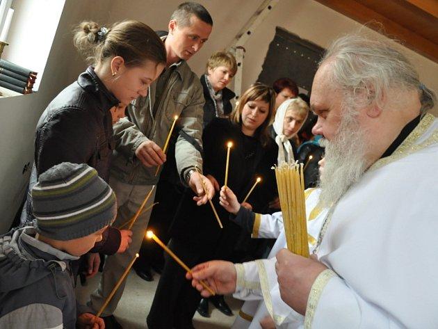 Velikonoce v chrámu svatého Jiří ve Svitavách.  Desítky pravoslavných věřících se sešly  v neděli ráno ve svitavském kostele a společně oslavily  Paschu neboli Velikonoce.  Kvůli Juliánskému kalendáři je totiž  mají o týden  později  než katolíci.
