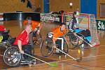 Ve finálovém duelu byla k vidění řada dramatických momentů nejen před brankami. I vozíčkáři to s míčkem umějí.