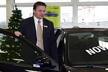 ŽIVNOSTNÍCI možnosti odpisu vozidla z daní využili. Karel Kilian vyřizoval ke konci roku více objednávek nových automobilů.
