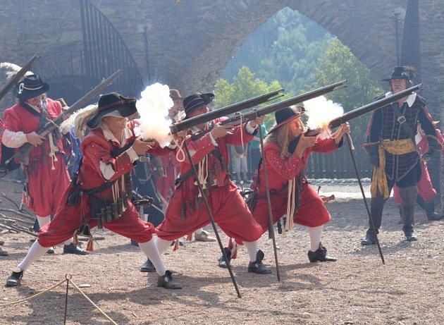 HRAD SVOJANOV se o víkendu přenesl do období třicetileté války, kdy jej obléhali švédští vojáci.