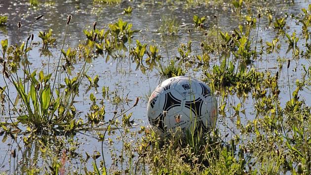 Počasí fotbalu na jaře příliš nepřálo.