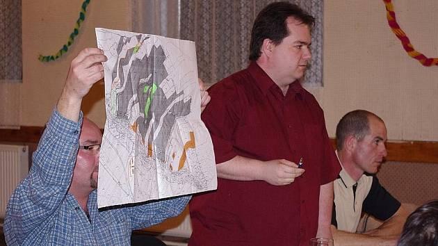 Starosta Jaromír Lenoch ukazuje na pozemky Libora Maňáka (oranžová barva) a obce (zelená).