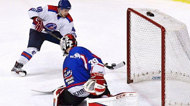 Bitva mezi litomyšlskými (v bílém) a moravskotřebovskými hokejisty nabídla hodně vzruchu před oběma brankami.