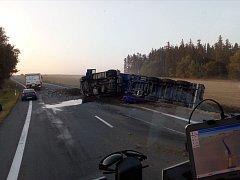 Havárie nákladního vozidla s uhlím.