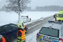 Hasiči v permanenci. První pracovní pondělí v novém roce znamenalo nehodu i pro řidiče pickupu u Březové.