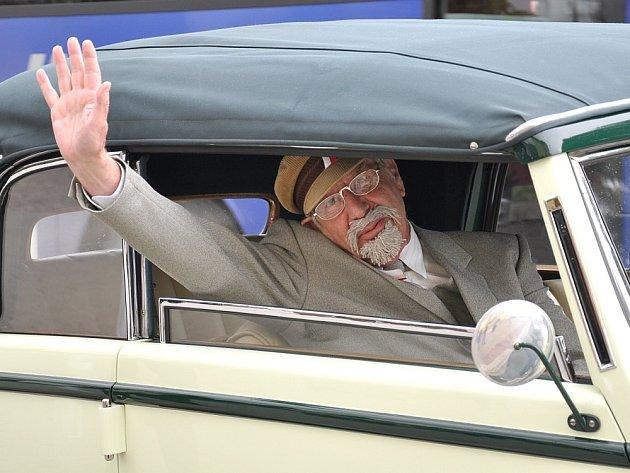 Desítky skautů vítaly v sobotu na vlakovém nádraží v Poličce prezidenta T. G. Masaryka. Nejde o vtip. Vlakem skutečně přijel náš první prezident, i když šlo jen o hranou scénku u příležitosti oslav sta let skautingu v Čechách. V historickém voze se Masary