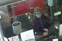 Lupič v paruce přepadl banku.