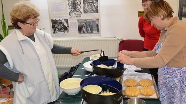 VÁNOČNÍ HNÍZDA. Sváteční pečivo, které mohli návštěvníci svitavského muzea během adventu ochutnat, připravují hospodyňky  pomocí speciální formy.