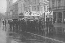 Fotografie vypovídají o událostech srpna 1968. Centrem odporu obyvatel ve Svitavách se stalo náměstí Míru. Nechyběla výmluvná hesla, která vyzývala okupanty, aby odešli.