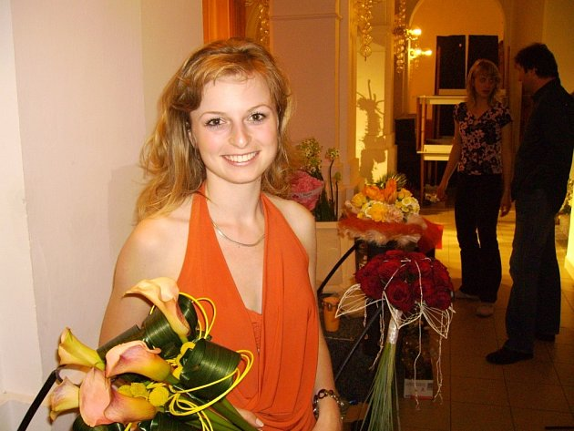 Pavlína Koreníková z Opavy předváděla svatební kytice na moravskotřebovském zámku.