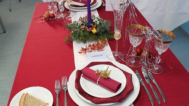 STYLOVÉ ZAKONČENÍ roku 2010 a přivítání roku nadcházejícího může mít podobu slavnostní tabule. Pro vaši inspiraci ji připravili ve střední odborné škole v Poličce.
