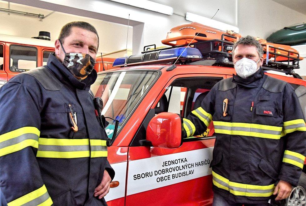 TOULOVCOVY MAŠTALE znají jak své boty. Martin Heger (vlevo) a Marek Bulva ze Sboru dobrovolných hasičů v Budislavi mají za sebou náročné zásahy ve skalách.