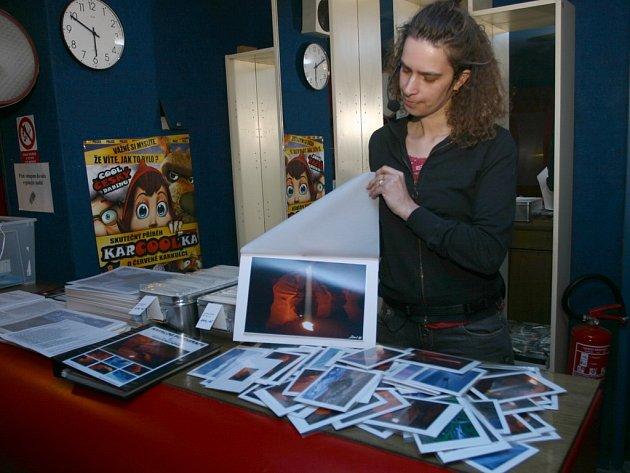 Kateřina Motani představuje fotografie, které si příchozí mohli po promítání zakoupit .