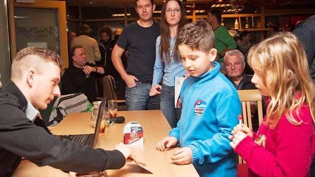 LEOPOLD KÖNIG. Úspěšný cyklista zavítal do svého rodného města. vydražil dres a rozdával autogramy.