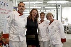 ČLENOVÉ TÝMU Václav Rambousek, Kamila Machová a Růžena Říhová na fotografii s herečkou Markétou Hrubešovou, která se  velmi ráda účastní kulinářských akcí.