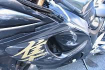 Řidička nedala přednost motorkáři.