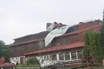 Poryvy větru zničily ve středu večer také střechu Orion arény v Litomyšli