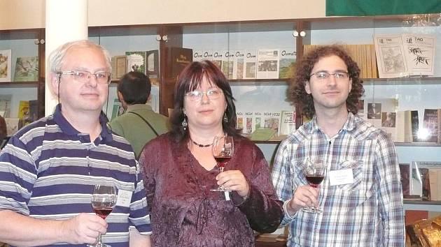 HLAVNÍ AKTÉŘI setkání ve Svitavách (zleva) Mirek Malovec, zakladatel české Wikipedie, Pavla Dvořáková, hlavní iniciátorka a organizátorka setkání, a Chuck Smith, zakladatel esperantské Wikipedie.