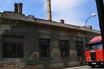 Dva nakloněné kominy staré pekárny svědčí o zanedbaném stavu.