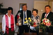 Marii  Žertová kvýjimečnému jubileu blahopřáli starosta Poličky Jaroslav Martinů (vpravo), místostarosta Antonín Kadlec a Jaroslava Müllerová, ředitelkou OSSZ Svitavy.