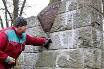 Už vloni město na vlastní náklady muselo nechat odstranit nápisy po řádění sprejera.