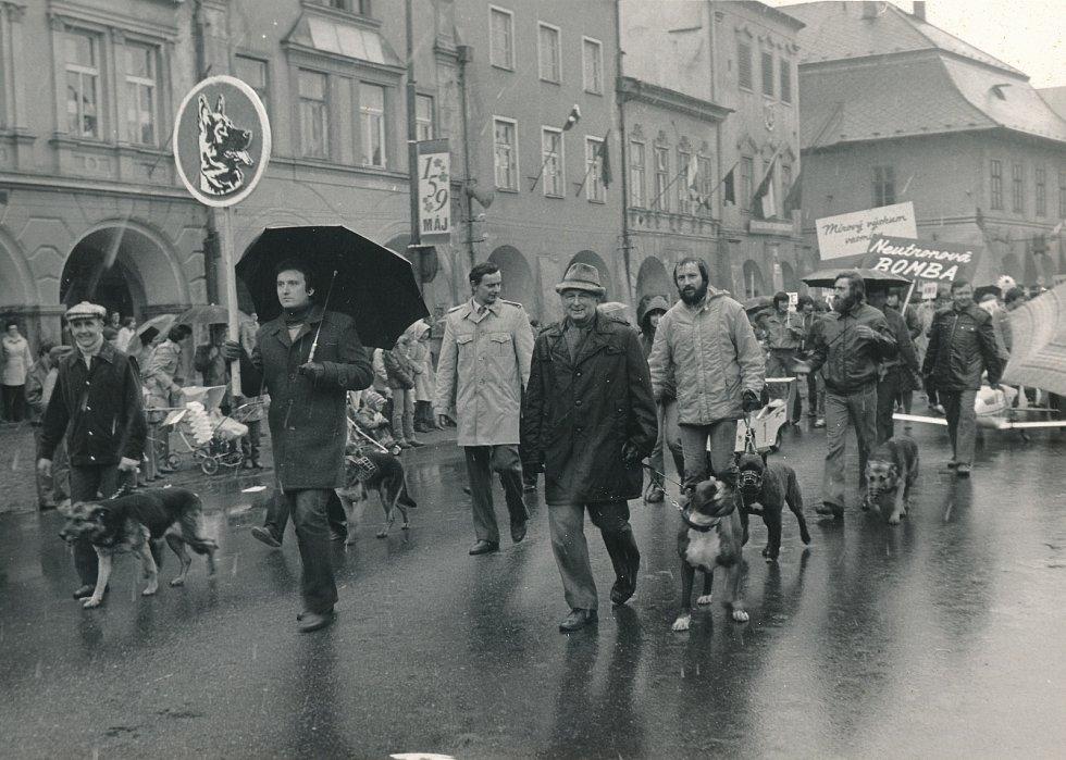 Mávátka, transparenty, alegorické vozy… Tak vypadaly oslavy 1. máje ve Svitavách.