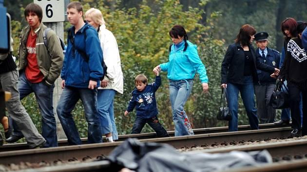 Přestupujte kolem mrtvoly! Naprosto nevhodně přistavený vlak míjely i matky s dětmi.