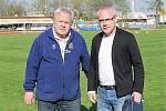 K sedmdesátinám blahopřál Jaroslavu Pišínovi (vlevo) předseda svitavského fotbalu Pavel Čížek přímo na trávníku. I o pět let později se na svého hlasatele může plně spolehnout.